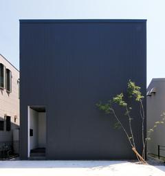 シンプルな箱の中に 上質な空間が広がる家