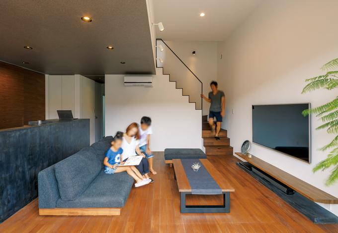 インフィルプラス【デザイン住宅、収納力、間取り】2階の床をスキップさせることで立体感のある空間に。リビングの高天井をより高く、明るく見せるため、1階天井部分をダークブラウンにして変化を付けた
