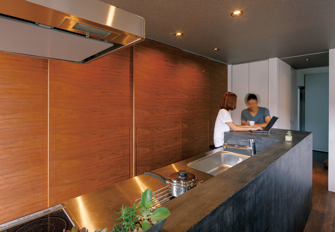 インフィルプラス【デザイン住宅、収納力、間取り】モルタルのカウンターは側面にフリースペースをつくり、用途もいろいろ