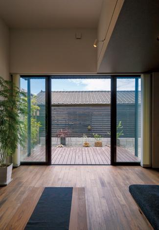 インフィルプラス【デザイン住宅、収納力、間取り】外界から隔絶された庭のデッキは、もうひとつのリビング