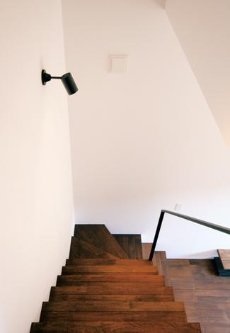 インフィルプラス【デザイン住宅、収納力、間取り】階段の踏板や手すりもデザインの一部。ギャラリーのような美しい景観を生み出した