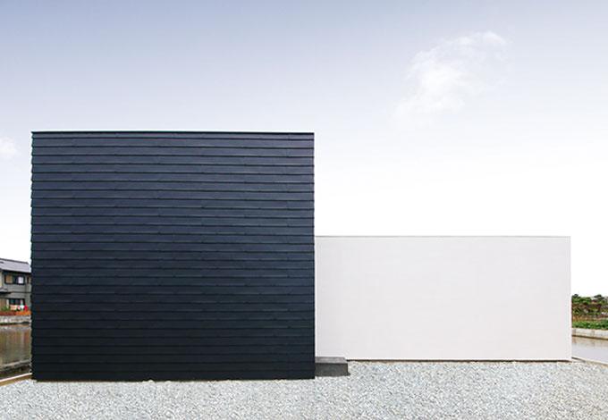 白×黒でシンプルを極めた パティオのある平屋建ての家
