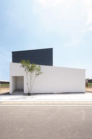 インフィルプラス【デザイン住宅、趣味、高級住宅】視線を気にせず過ごせるよう、玄関のある道路側は一切窓がない設計に