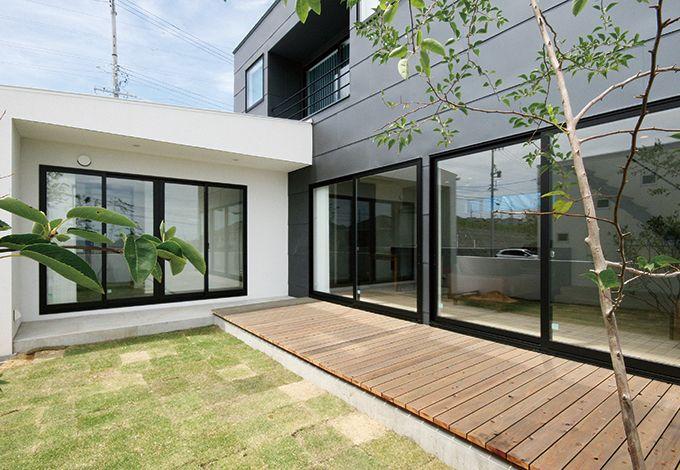 インフィルプラス【デザイン住宅、趣味、高級住宅】外観右側の外壁材は、金属板を一枚ずつ成型したオリジナル素材を採用。テラスでは視線を気にせずバーベキューをしたり、読書を楽しんだりできるよう、庭を取り囲む設計とした
