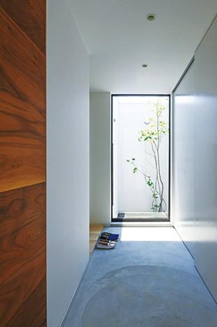 インフィルプラス【デザイン住宅、趣味、高級住宅】「仕事を終えて帰宅し、ドアを開けたら気持ちが切り替わるように」そんなスタッフの発想で作られた中庭が、家族を温かく迎えてくれる
