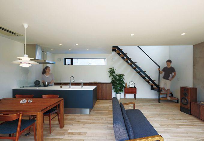 インフィルプラス【デザイン住宅、趣味、高級住宅】庭を望む大きな窓から光が射しこむLDKは、すっきりした内装のおかげで畳数以上の開放感がある。あえてワイルドな木目を残すメープルの床材を敷き、インテリアとのバランスをとっている