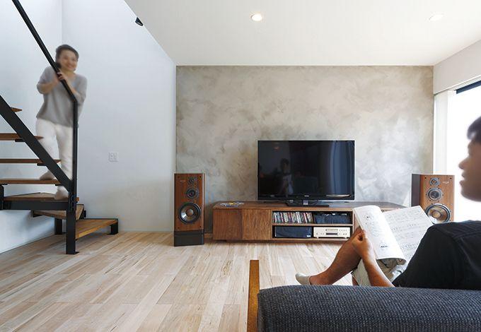 インフィルプラス【デザイン住宅、趣味、高級住宅】フルオーダーのTVボードは内装とのバランスを考え『インフィルプラス』がデザイン。夫妻が直接家具職人と相談できるよう手配し、綿密な打合せを行った。ボード後ろの味わいのある壁は、夫妻が二人で塗った力作。ご主人愛用のオーディオ機器で、毎日ジャズやクラシックを聴いているそう