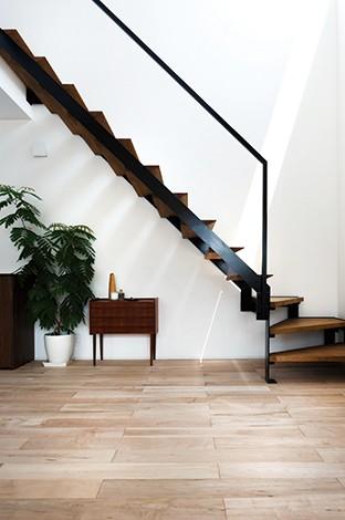 インフィルプラス【デザイン住宅、趣味、高級住宅】『インフィルプラス』オリジナルのアイアン製階段も、インテリアの一部として存在感を放つ