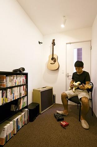 インフィルプラス【デザイン住宅、趣味、高級住宅】完全防音のギタールームも用意し、ご主人が演奏の練習をしたり、読書を楽しんでいる