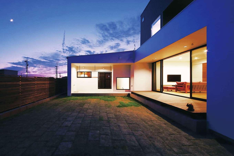 インフィルプラス【デザイン住宅、省エネ、間取り】周囲に気兼ねなくBBQなどを楽しめるように建物をL字型にし、中庭を囲んでウッドデッキとテラスを設置。窓を開け放てば室内と庭との一体感を味わえる。