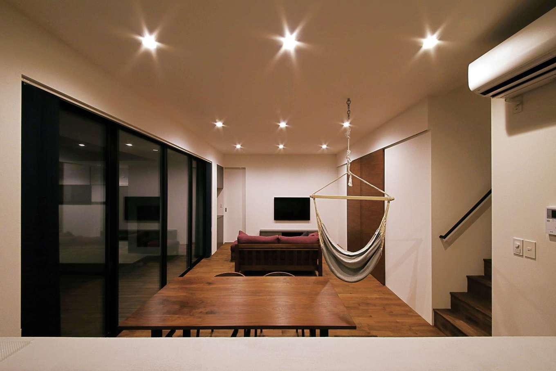 インフィルプラス【デザイン住宅、省エネ、間取り】対面キッチンからリビングダイニングを眺める。庭先や室内でハンモックに揺られながらくつろぐひとときは、最高のリラクゼーション