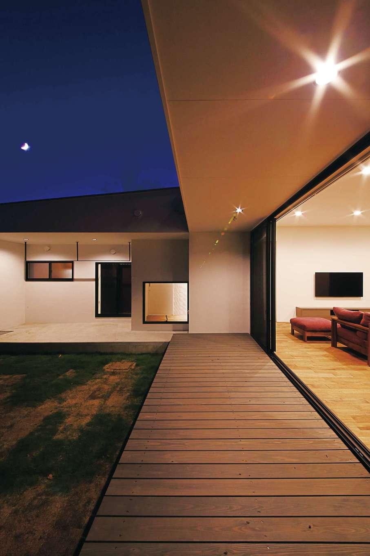 インフィルプラス【デザイン住宅、省エネ、間取り】リビングの南面に設けたウッドデッキ。掃出し窓を開け放てば、リビングとの一体感を味わえる