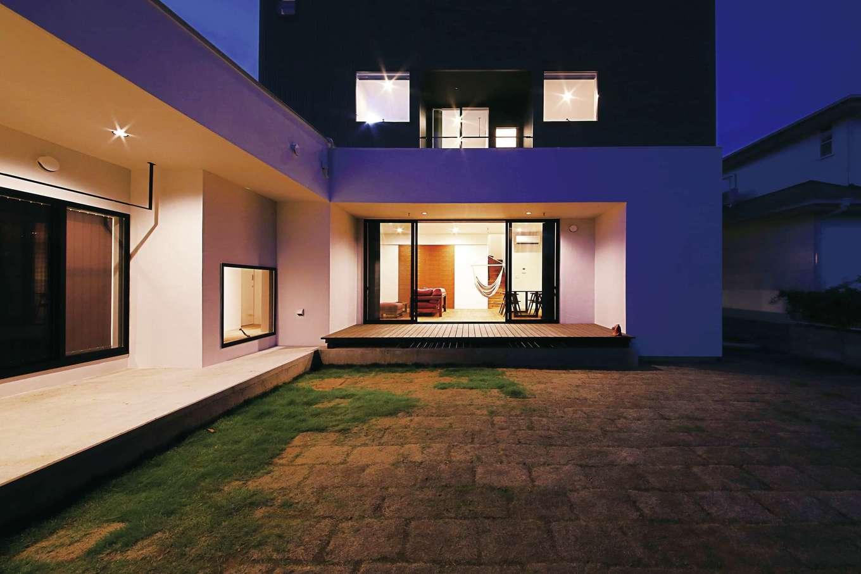 インフィルプラス【デザイン住宅、省エネ、間取り】テラスのサイドには洗面・脱衣室と浴室があり、洗濯物をすぐに干せる。お風呂上がりに庭に出て夕涼みを楽しむことも