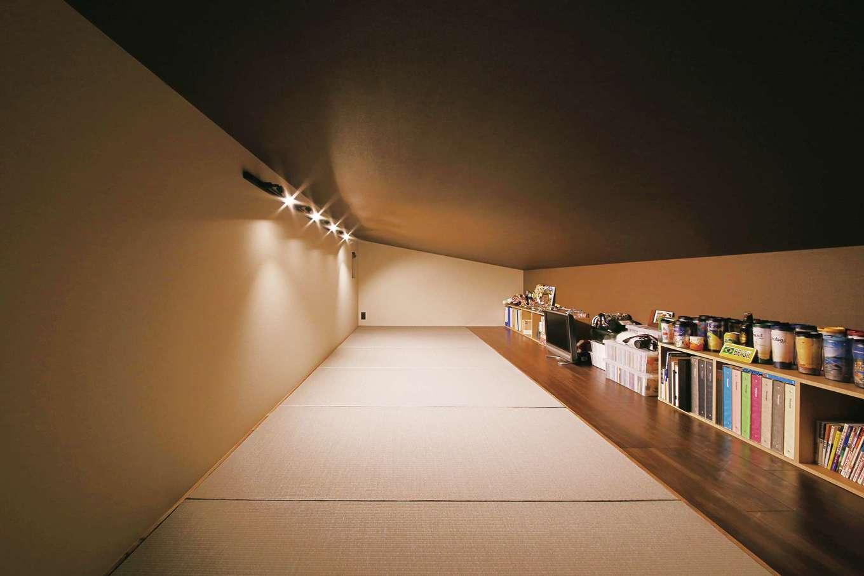 インフィルプラス【デザイン住宅、省エネ、間取り】小屋裏に設けた畳敷きのスペースは自分時間を楽しむ場所。旅先で集めたコーヒーボトルや旅行のガイドブックがローボードにずらり!