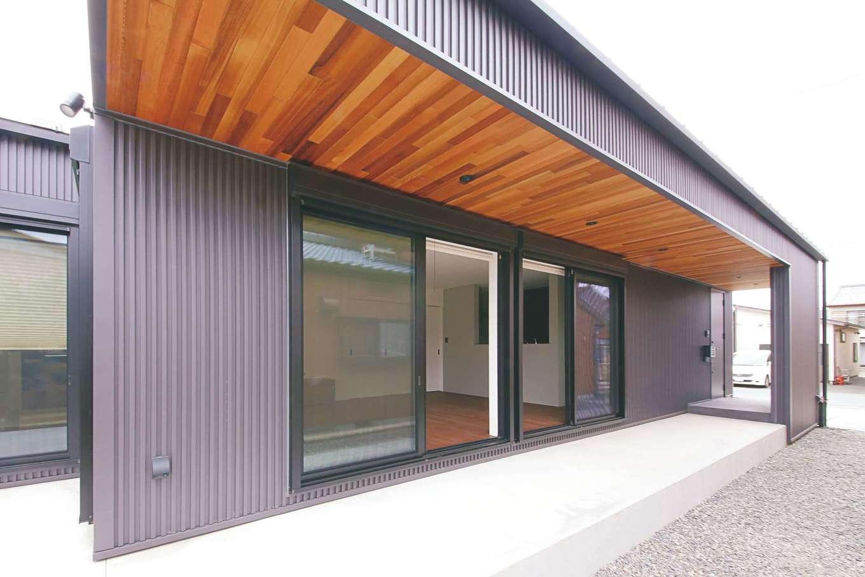 インフィルプラス【デザイン住宅、狭小住宅、間取り】玄関ポーチとテラスを結ぶデッキが建物の意匠性を高めるだけでなく、夏の直射日光を遮り、プライバシーにも配慮