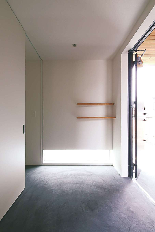 インフィルプラス【デザイン住宅、狭小住宅、間取り】玄関の壁に付けた棚は旧宅で使われていた建材をリメイクして再利用したもの。客間の床の間にも同様に旧宅の材を再利用し、愛着のある旧宅の面影を残している