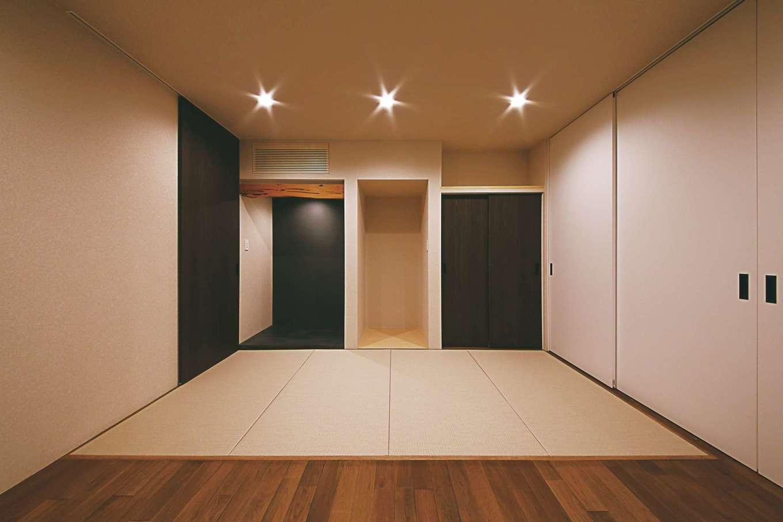 インフィルプラス【デザイン住宅、狭小住宅、間取り】リビングの隣に設けた客間。半分を畳敷きに、半分を板張りにし、モダンにデザイン。裏玄関ともつながっているので、お母さまの出入りにも便利