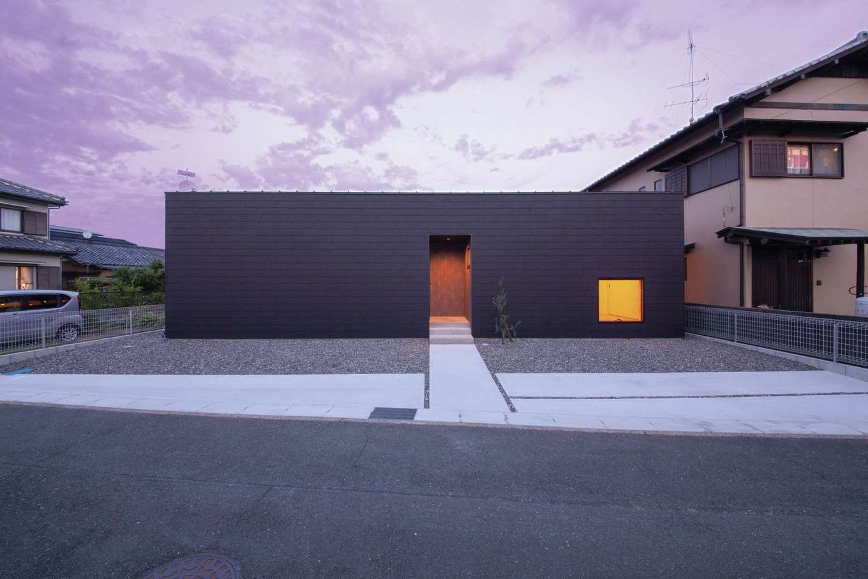 インフィルプラス【デザイン住宅、建築家、インテリア】箱型の外観。道路沿いの開口部は和室のピクチャーウィンドのみにして外部の視線を遮り、外は閉じ、内に開いた「コ」の字型の造りでプライベート感溢れる家を実現