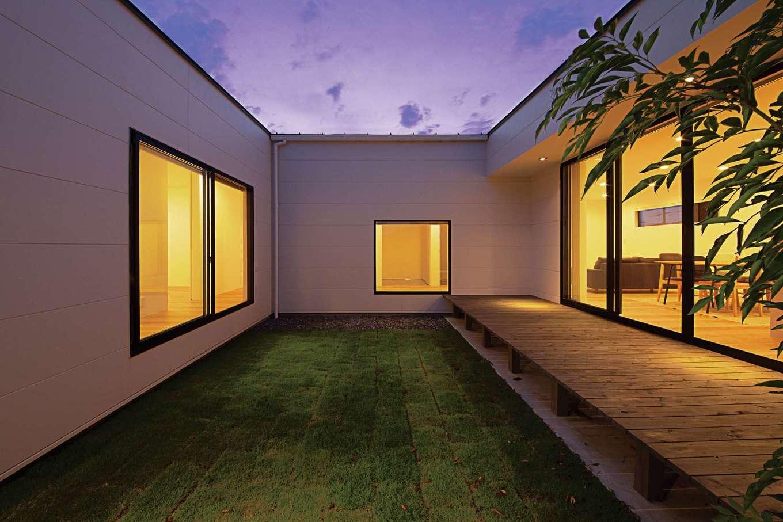 インフィルプラス【デザイン住宅、建築家、インテリア】コの字型の建物で覆った中庭。反対側の塀を高くしたことで周囲に気兼ねなくくつろげる空間を実現