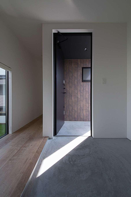 インフィルプラス【デザイン住宅、建築家、インテリア】土間と収納にゆとりを持たせた玄関。玄関の向かって左手がパブリックスペース、右手がプライベートスペースに通じている