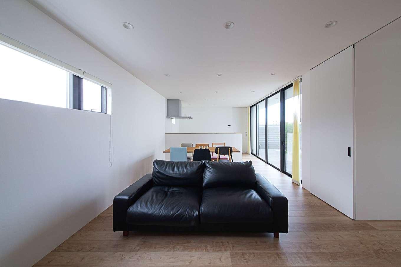 インフィルプラス【デザイン住宅、建築家、インテリア】開口部と天井のラインを統一するなど細部にこだわってシンプルな意匠を追求したLDK。「簡潔でありながら、どこか温かみを感じさせる空間に惹かれました」とご主人