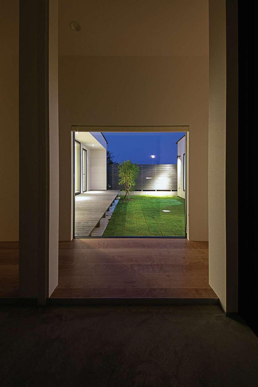 インフィルプラス【デザイン住宅、建築家、インテリア】玄関のピクチャーウィンドから庭景色を一望。玄関から庭まで視線が突き抜け、空間の広がりを感じさせる