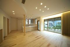 大工の手刻みとモダンデザインが融合した天然木の家