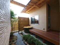 温泉巡りが趣味の夫婦が建てた「露天風呂」のある家