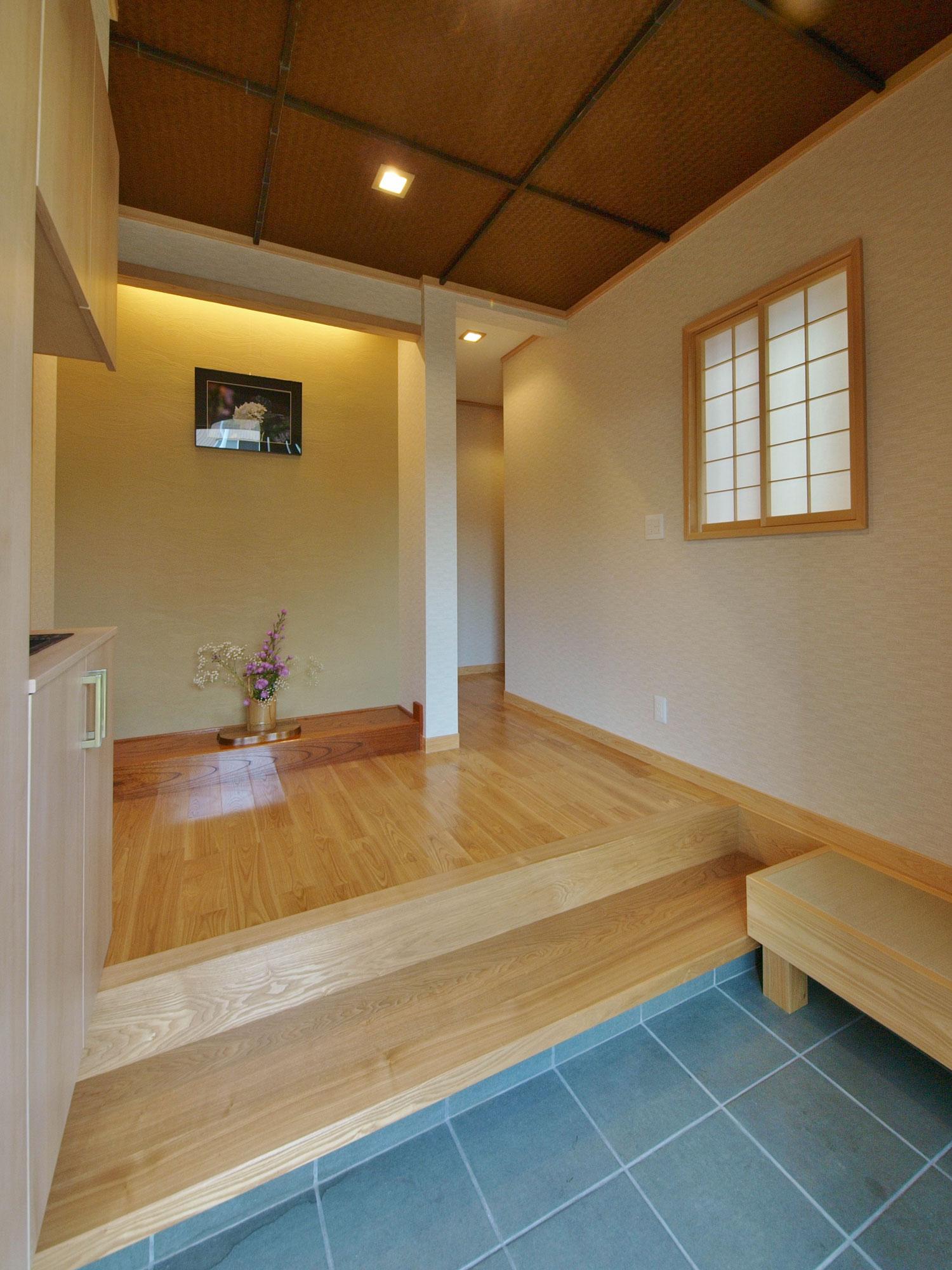 岩田建築【デザイン住宅、趣味、高級住宅】玄関の正面には飾りスペース。式台や内障子などで和風テイストに仕上げた