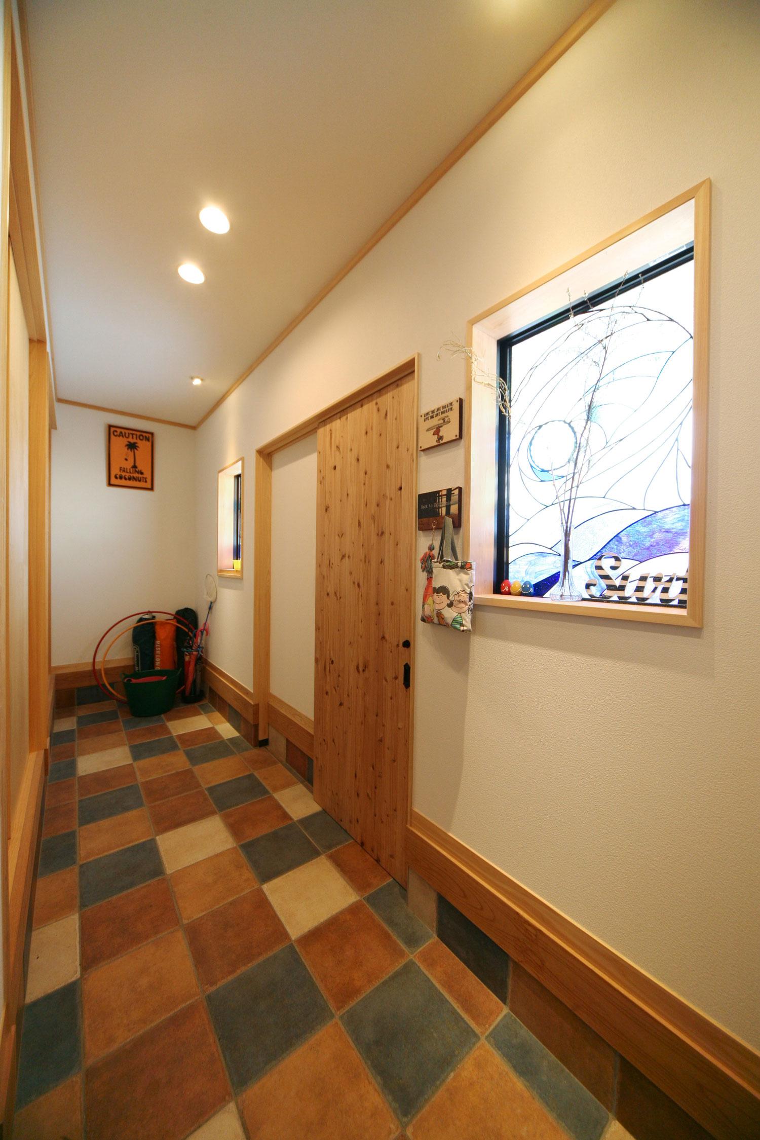 岩田建築【デザイン住宅、趣味、インテリア】6帖分のスペースがある広い玄関。直接、洗面脱衣室に入れる動線も確保