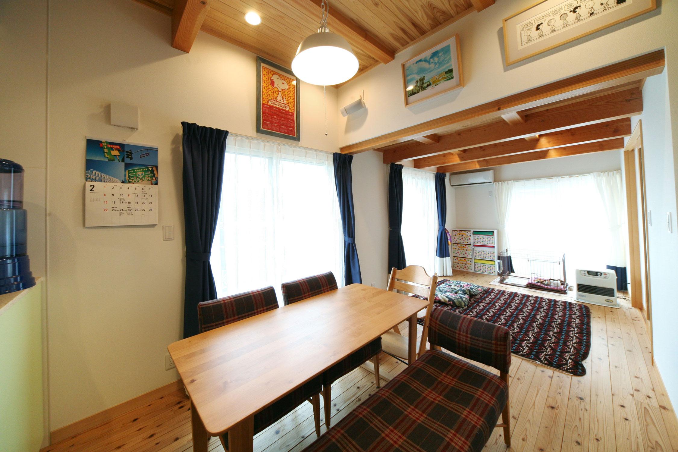 岩田建築【デザイン住宅、趣味、インテリア】高低差のあるLDKの板張り天井。低い天井の上部が、中2階のファミリールームに