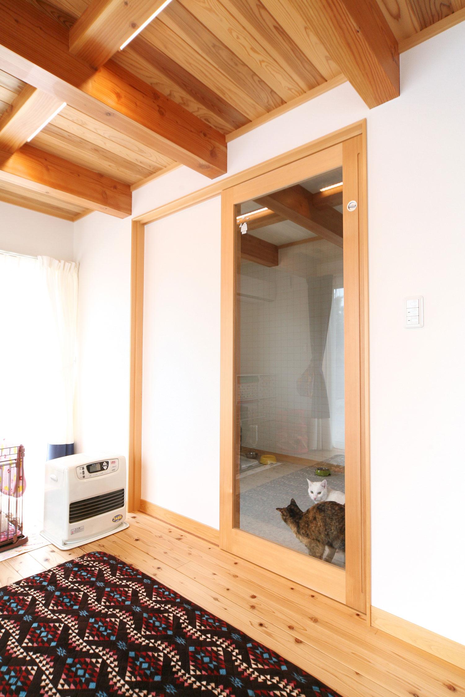 岩田建築【デザイン住宅、趣味、インテリア】リビングに隣接して設けた、4帖のネコ専用部屋