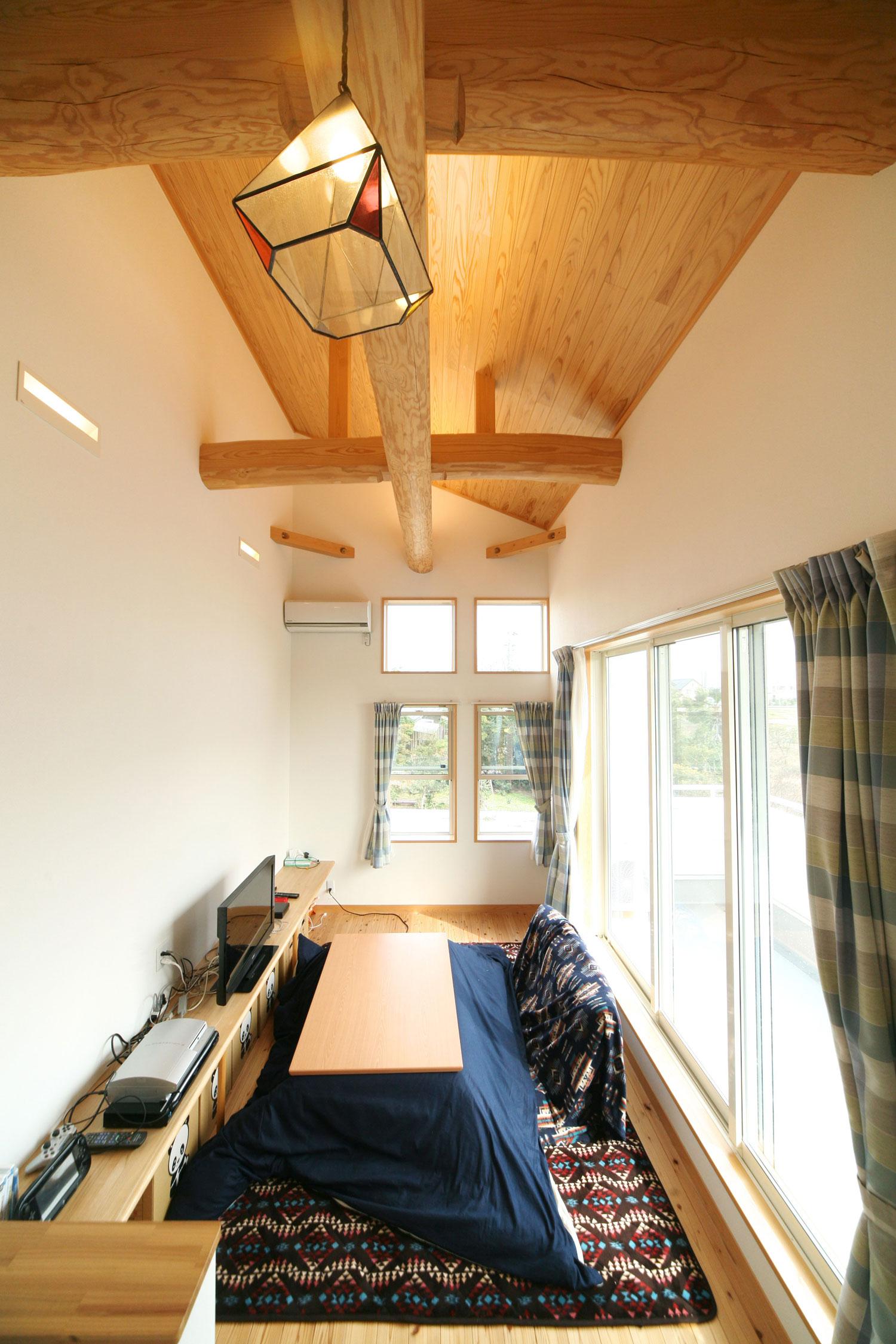 岩田建築【デザイン住宅、趣味、インテリア】天井の高い、中2階のファミリールーム