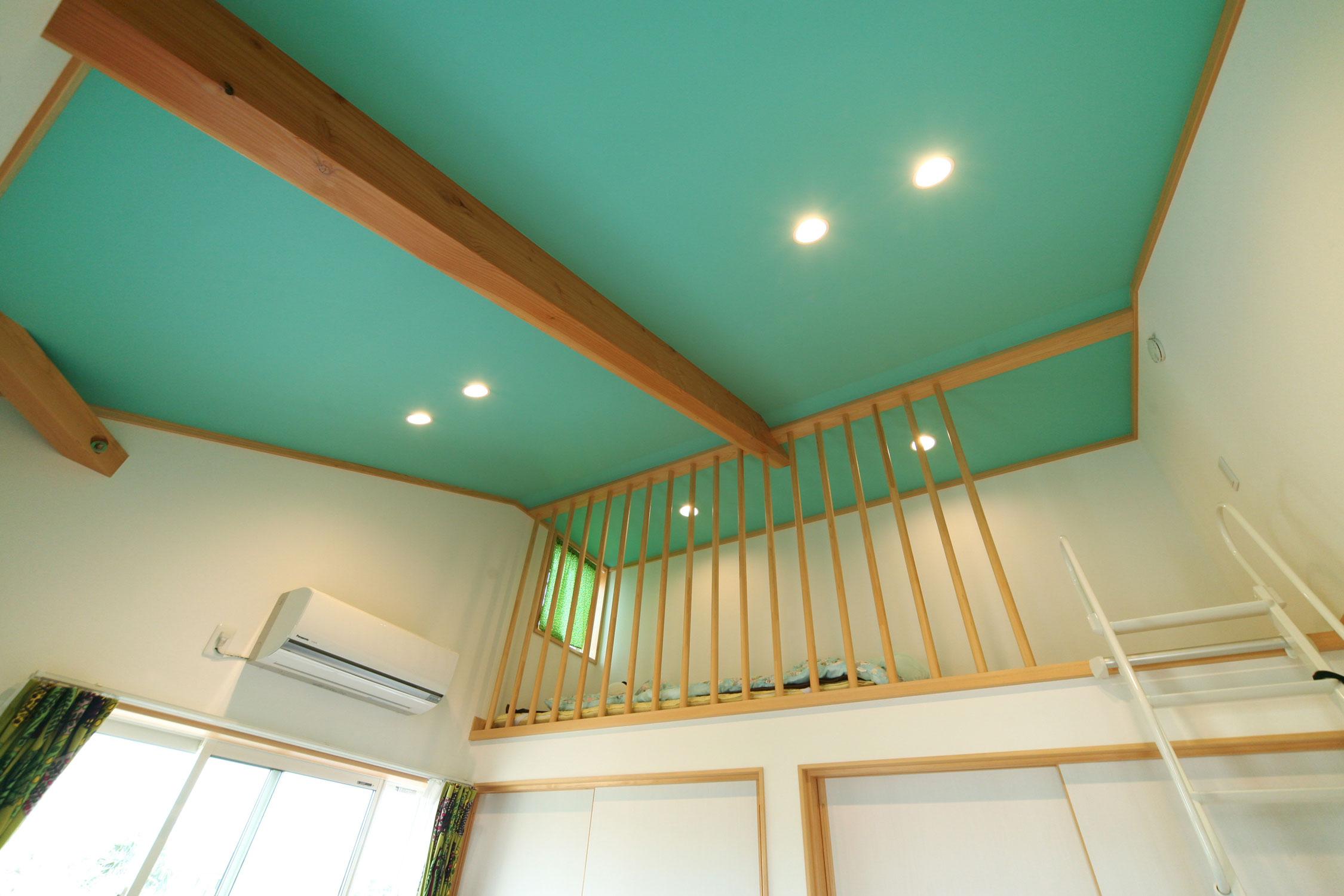 岩田建築【デザイン住宅、趣味、インテリア】エメラルドグリーンが映えるロフト付きの子供部屋。転落防止に格子を設置
