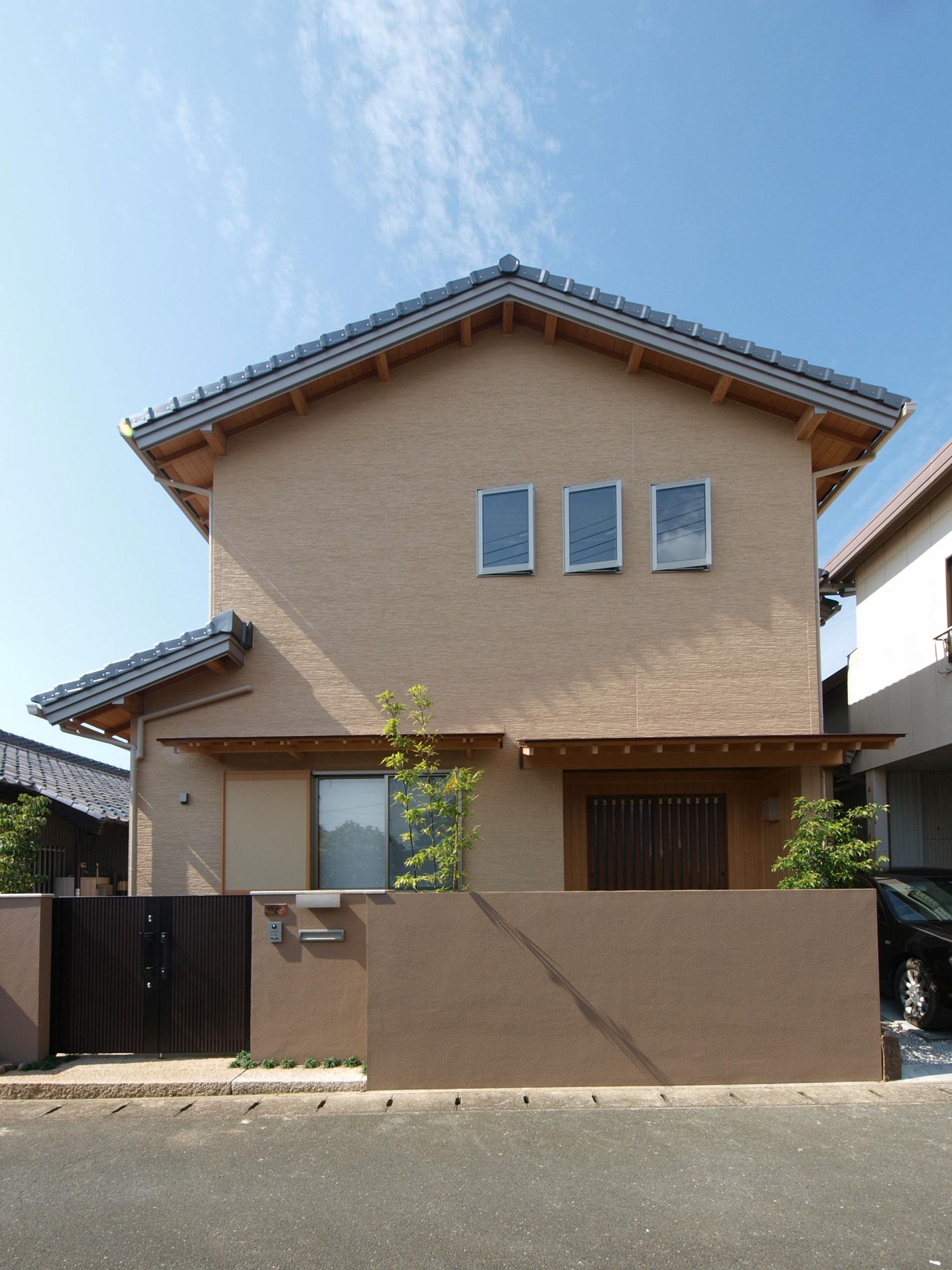 岩田建築【デザイン住宅、趣味、高級住宅】化粧の垂木の野地板で和風の外観