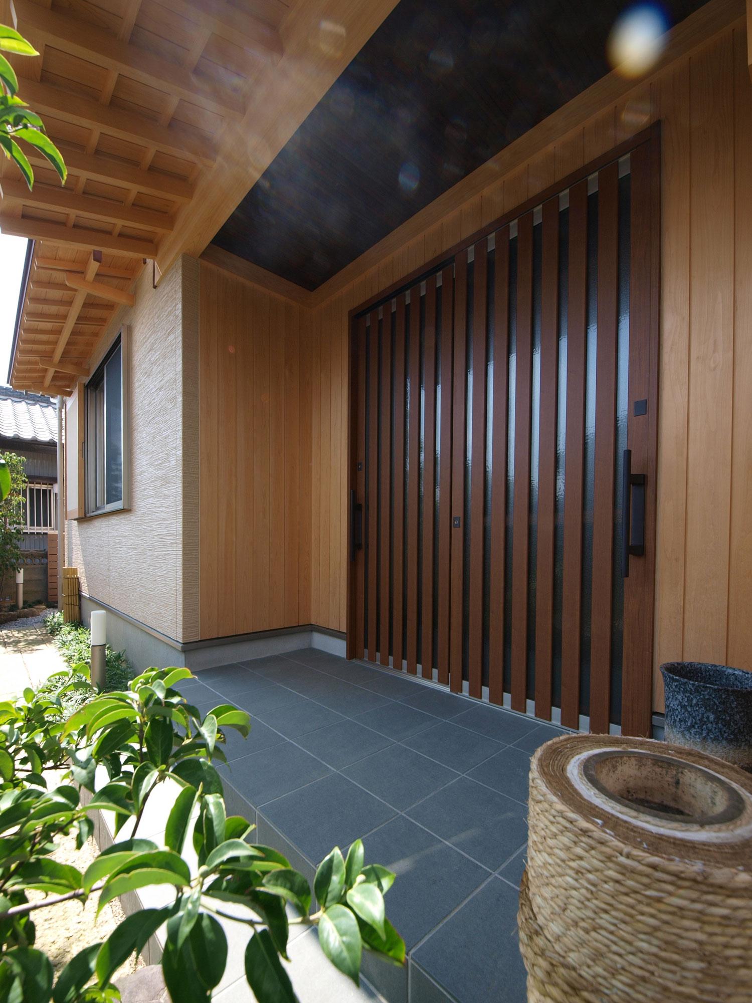 岩田建築【デザイン住宅、趣味、高級住宅】ポーチ部分の外壁は桧の板張り、天井はスス竹を使用