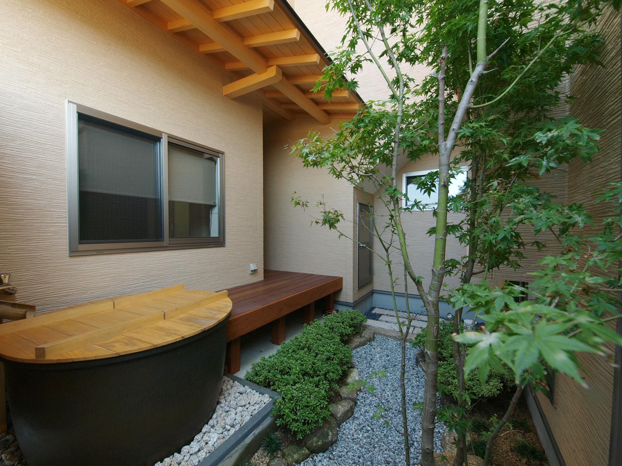 岩田建築【デザイン住宅、趣味、高級住宅】浴室・台所・客間から眺めることのできる中庭