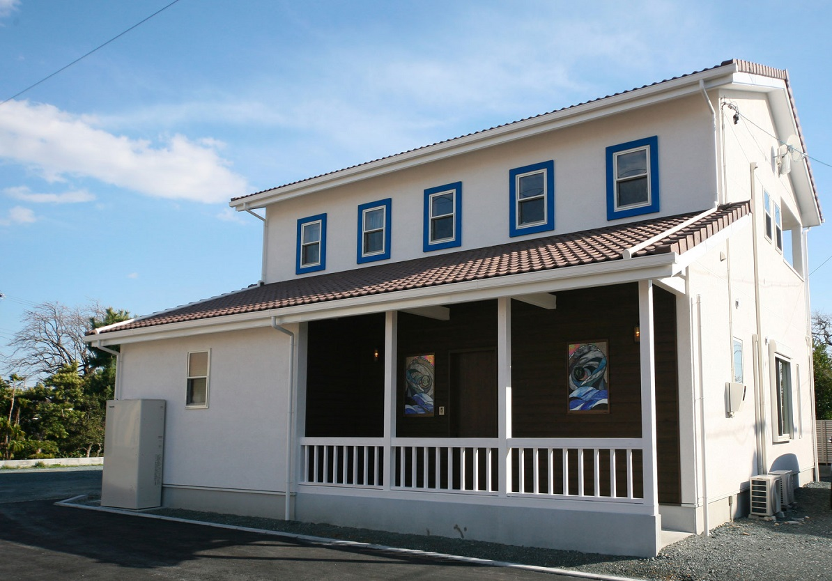 岩田建築【デザイン住宅、趣味、インテリア】真っ白な外壁に青い窓枠が映える外観