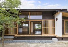 建築家と工務店のコラボで叶えた漆床の小さな木の家