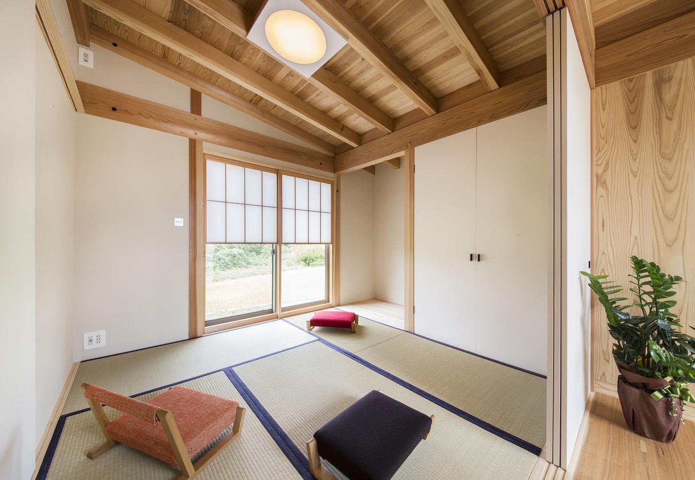 石牧建築【収納力、自然素材、建築家】天竜杉、珪藻土、雪見障子の構成とコントラストが美しい和室。満月照明、押入れの取手、込み栓など、細かい部分まで大工の職人技が光る。石牧社長が開発したオリジナルの珪藻土は、樹脂が入っていない100%自然素材でできているので調湿効果と耐久性のレベルが違う