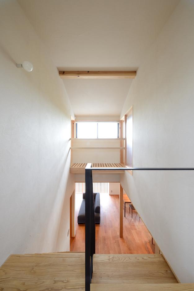 2階から吹抜けを見下ろす。「抜け感」を意識し、視線を遮るものをできるだけ排除したシンプルな設えが、開放感をもたらしている