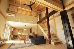 木の美しさが映える、手仕事が織りなす居心地のよい家