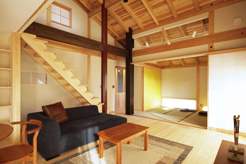 石牧建築【デザイン住宅、子育て、自然素材】現しになった柱や梁、木目を揃えた天井など、細部に至るまで木を美しく見せる職人の丁寧な仕事が伺える。リビングに隣接した和室は、客間としても活躍