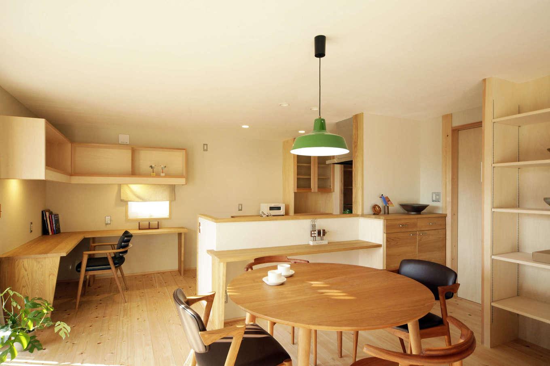 石牧建築【デザイン住宅、子育て、自然素材】リビングより天井を抑えた、こもり感のあるダイニングキッチン。すぐそばには栗の木を使い造作したスタディコーナーがあり、パソコン作業などに便利