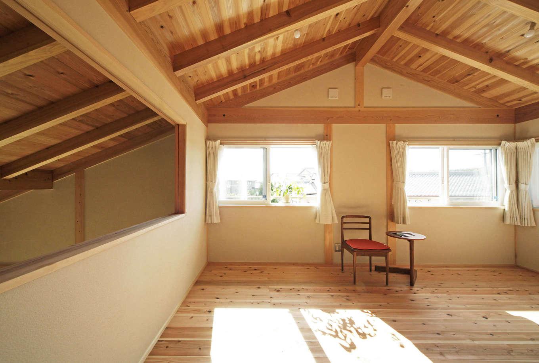 石牧建築【デザイン住宅、子育て、自然素材】2階の子ども部屋は、障子窓で1階LDKとつながり、離れていても家族の気配を感じられる。将来2部屋に分けられるよう扉を2つ用意