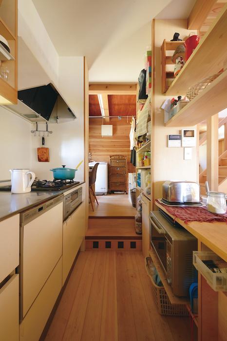 石牧建築【子育て、和風、自然素材】コックピットのような台所。家事室、ランドリールームへ直結