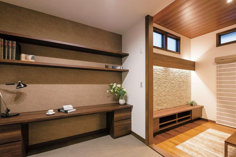 ミサワホーム静岡【デザイン住宅、収納力、間取り】リビングに接した洋室はステップフロアに。洗える床材の「テキスタイルフロア」を採用。畳とはまた違った柔らかな感触で、気軽に横になれるスペースにもおすすめ
