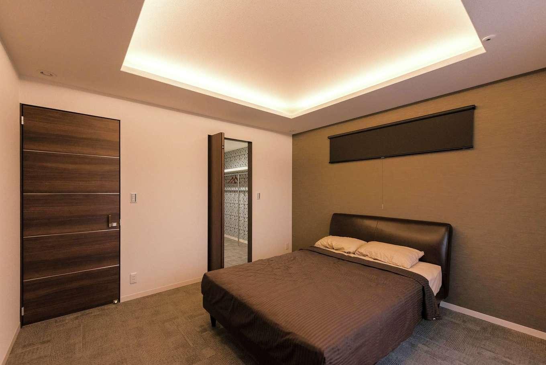 ミサワホーム静岡【デザイン住宅、収納力、間取り】間接照明を施した上げ天井で、リラックス空間を演出。アクセントクロスと建具は同じトーンでコーディネート