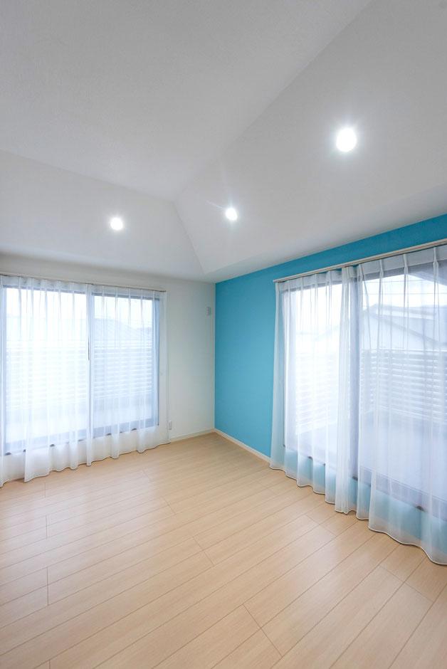 ブルーのアクセントカラーが爽やかな子ども部屋は、折上げ天井で開放感をプラス。照明の配置も個性的だ