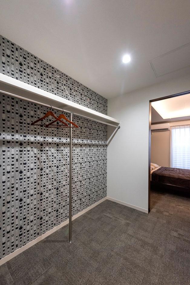 ミサワホーム静岡【デザイン住宅、収納力、間取り】ウォークインクローゼットには、個性的なクロスを用いて遊び心を発揮。ホールからも出入りできる動線が便利